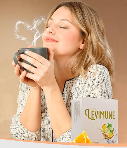 Mulher sentindo o delicioso aroma de uma xícara de chá